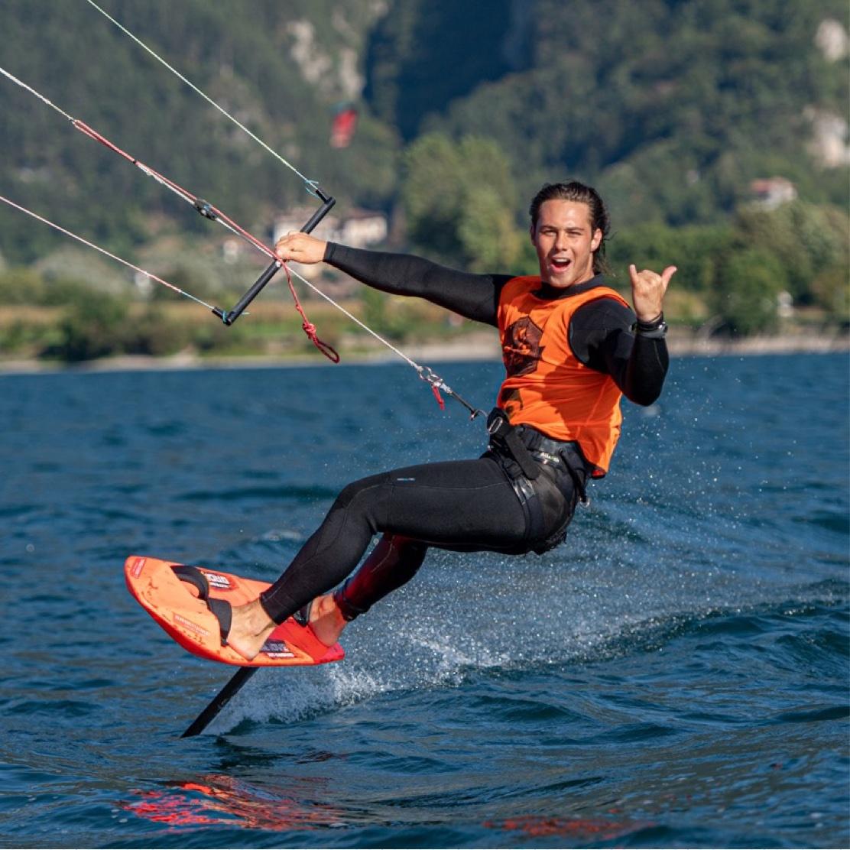 """<h3 style=""""text-align: center;"""">Nicolò Magrograssi</h3> <p>Ruolo in GKS: Atleta / Ambassador / Coach<br /> Nato a: Brescia<br /> Quando:1999<br /> Kitesurf dal: 2012<br /> Spot Kite preferito: Campione del Garda<br /> Disciplina preferita: Hydrofoil race<br /> Viaggi kite nel mondo: Brasile, Zanzibar<br /> Passioni oltre al kite: jogging, calisthenics and swimming</p>"""